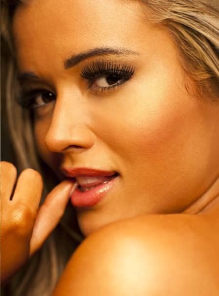 Panicat Aryane exibe suas curvas na revista 'Playboy'