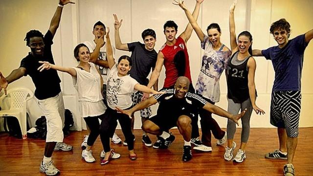 """O professor Dudu Neves (o primeiro à esquerda) com os alunos: atores de """"Avenida Brasil"""" dão duro nas aulas"""