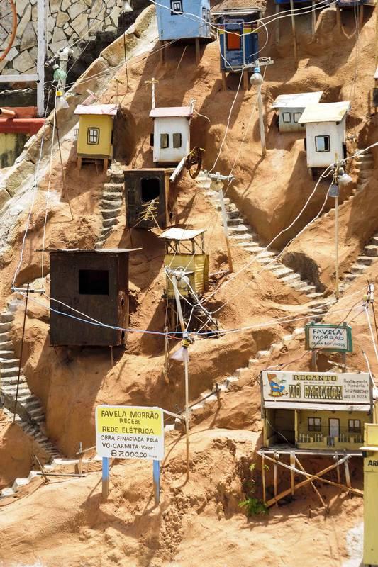 """Quintal Cultural"""" contém esta miniatura de favela, além de outras obras de arte feitas com material reciclado e até um teatro"""
