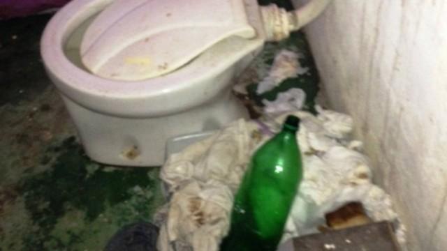 O banheiro imundo, fotografado pelos policiais