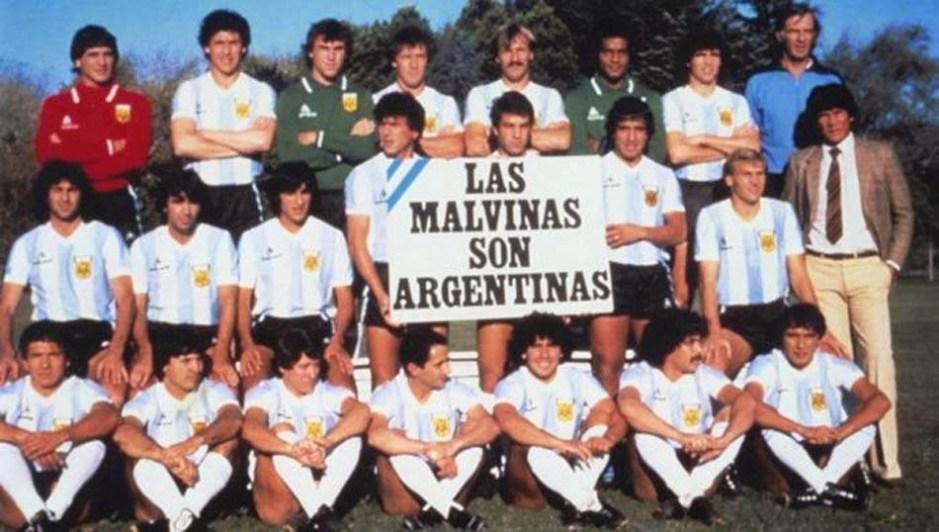 Seleção Argentina de Maradona, Passarela, Kempes e Ardiles exibe cartaz em apoio à ocupação das Ilhas Malvinas às vésperas da Copa de 82.