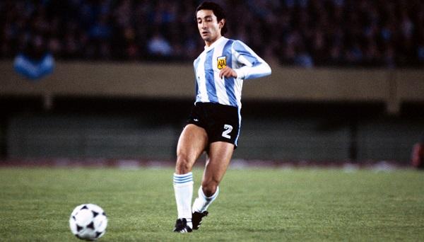 O volante Osvaldo Ardiles foi o autor do lance que originou o primeiro gol da Argentina contra a Holanda na final da Copa de 1982.