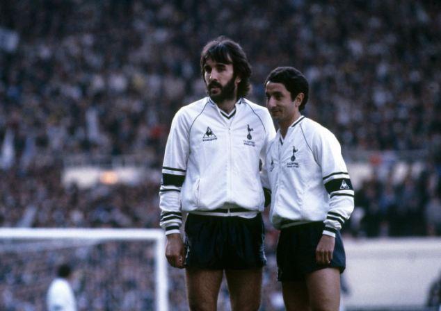 Ricky Villa e Osvaldo Ardiles atuando juntos pelo Tottenham. Os argentinos foram os primeiros jogadores não britânicos a atuarem no Reino Unido.