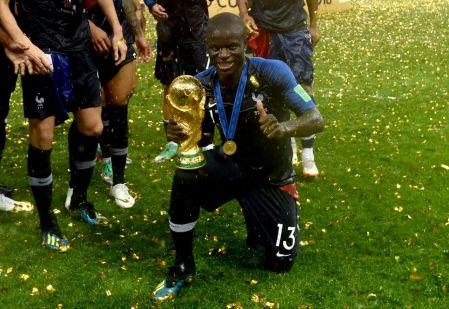 Kanté com o troféu da Copa