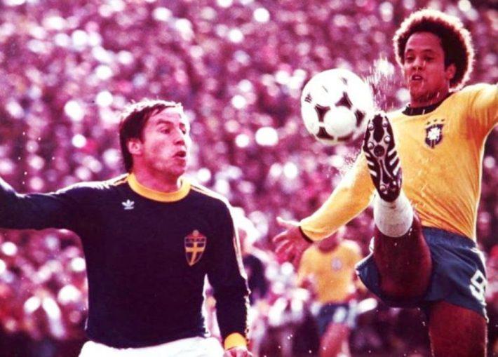 Reinaldo, o Rei do Galo, em ação contra a Suécia na Copa de 1978