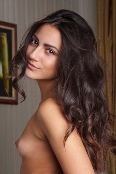 seductive-brunette-cira-nerri-poses-erotically-on-the-couch_400