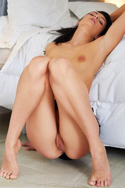 lee-anne-hottie-with-a-beautiful-smile-teasing-with-her-naked-body-in-the-bedroom_400