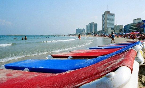 Viimeiset auringonsateet - Rantaelämää Israelin Tel Avivissa. Jos syksyn lähestyessä rusketuksen haaleneminen surettaa, Tel Avivissa riittää vielä aurinkoa eikä kesän loppu edes häämötä. Riviera-tyylinen eloisa rantapromenadi on täynnä huolettomia hölkkääjiä, pieniä putiikkeja ja tuoretta välimerellistä ruokaa tarjoavia ravintoloita. Pehmeä tuulenvire puhaltaa kaupungin 16 rannan yli tehden lämpötilasta juuri sopivan. Rannoista Gordon-Frishman on keskeisin, ja se on myös autuaasti tyhjillään syyskuukausina. Gay-ystävällisin ranta on Hilton, joka on myös surffaajien suosikkiranta. Bananalla voit katsella upeita auringonlaskuja drinkki kädessä samannimisessä rantakahvilassa tai seurata perjantaisin rummunsoittajien ja esiintyvien taiteilijoiden esitystä Dolphinarium-baarin rannalla. Kuva: chany crystal