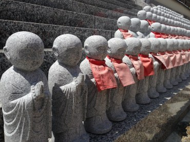 Small statues of Buddha lined the cemetery walls.