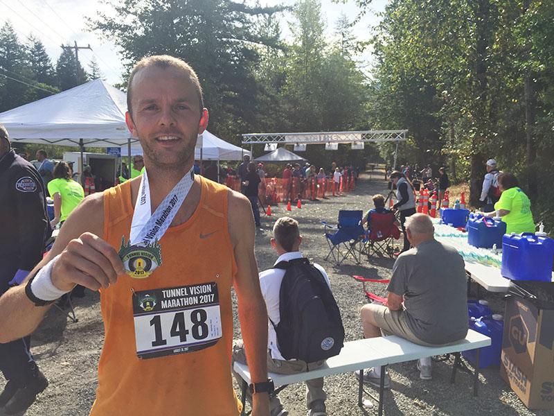 Floris Gierman holding marathon medal