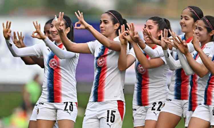 Con polémico penal, Chivas Femenil derrotó 1-0 a Cruz Azul y ponen en peligro la Liguilla