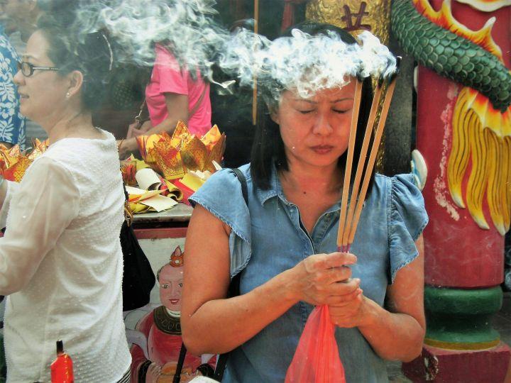 Ofrenda en templo chino, Malaca, Malasia