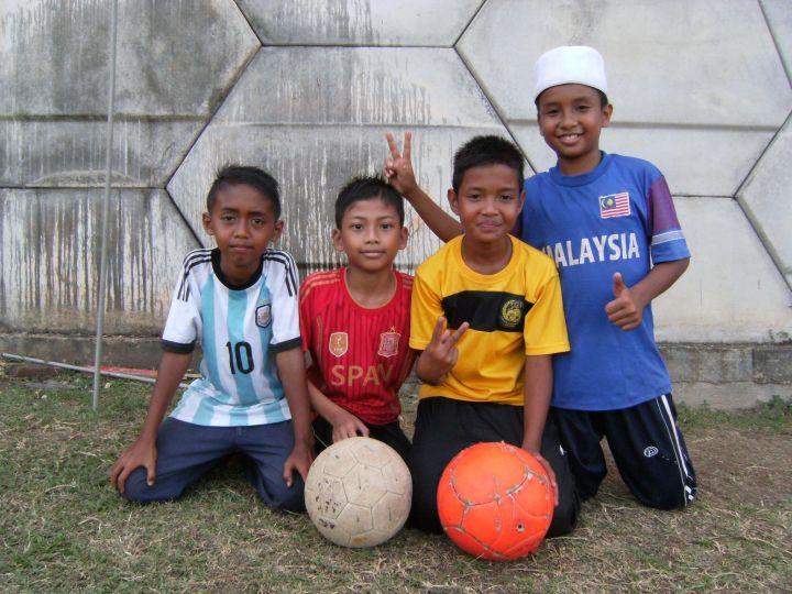 Pequeños futbolistas en Malasia