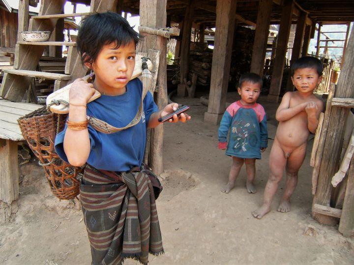 Niña cargando leña, Laos