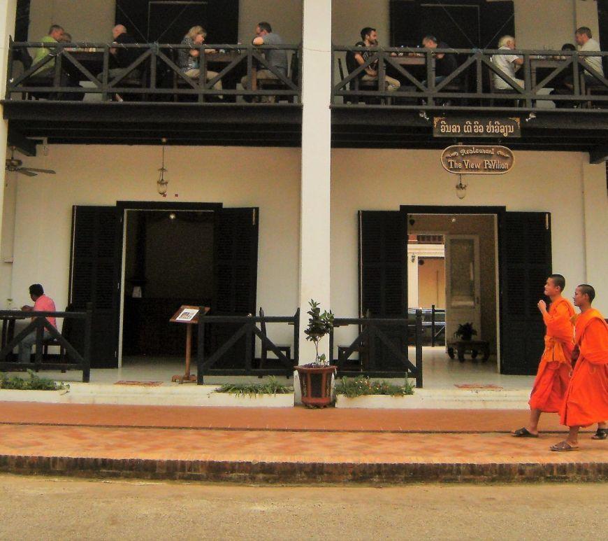 Monjes paseando, Luang Prabang, Laos