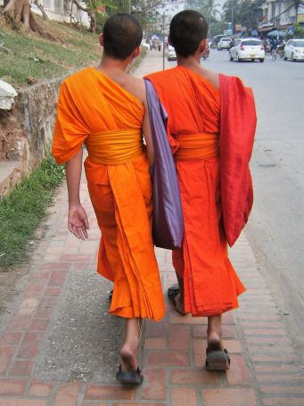 Novicios paseando, Laos