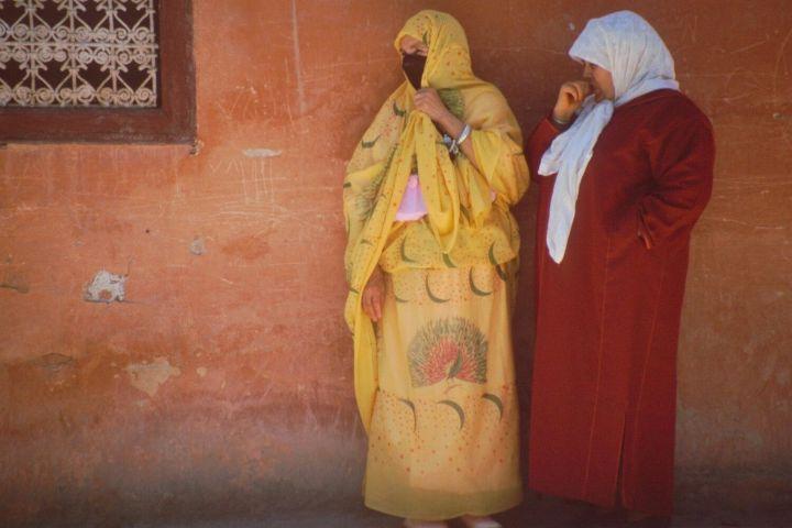 MARRUECOS, mujeres pensativas