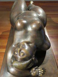 Mujer de Botero de cabeza