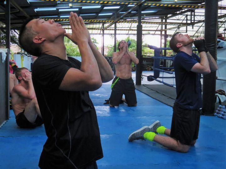 Estirando en el gimnasio, Kombat Group