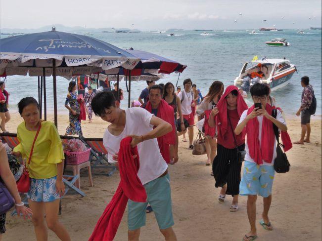 Turistas chinos volviendo de excursión