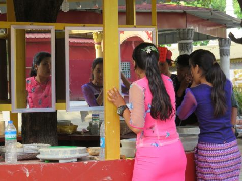 Chicas y chicos arreglándose en Kiauk Taw Gyi, Mandalay