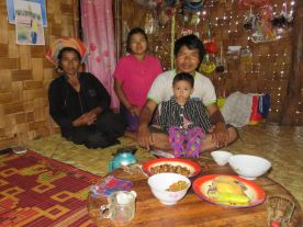 Familia en aldea Pa-Oh