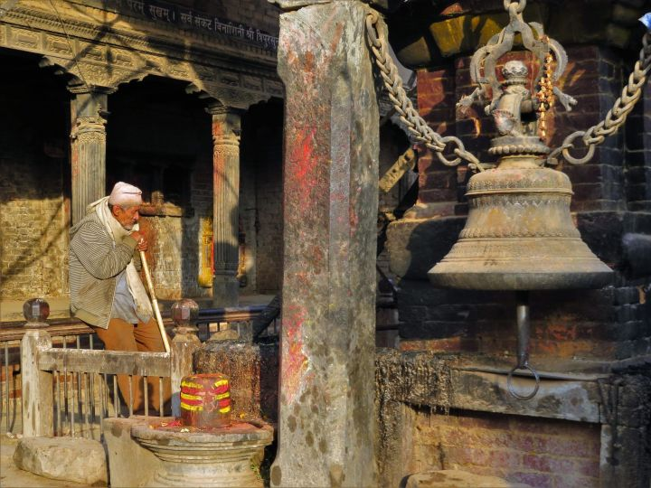 Escena enfrente de un templo,Bhaktapur, Nepal
