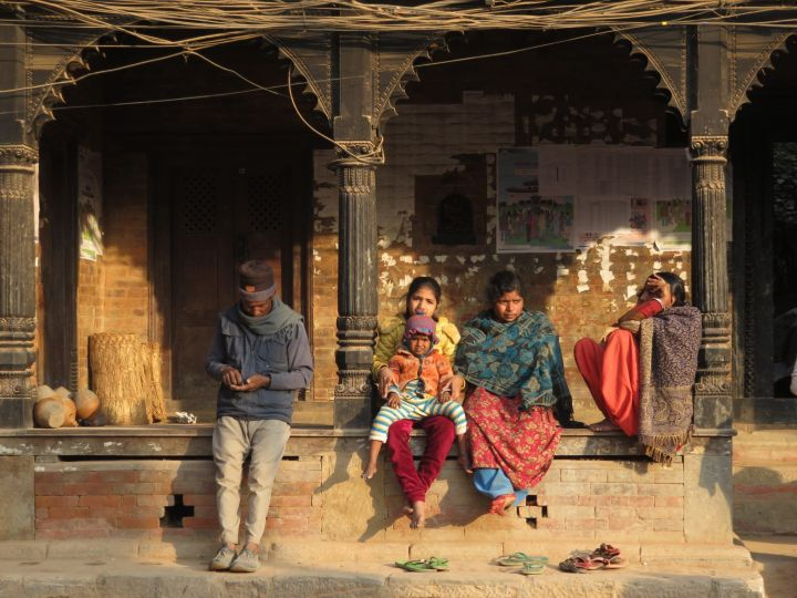 Familia en soportales, Bhaktapur, Nepal