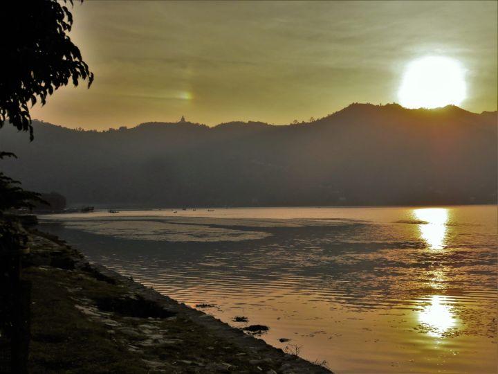 Atardecer en el lago Phewa Lake sunset, Pokhara, Nepal