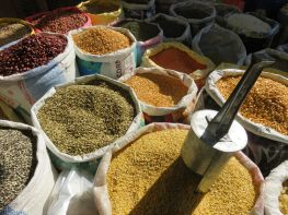 Puesto de venta de legumbres, Pokhara, Nepal