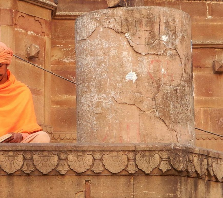 Lector acompañado de perro, Benarés, Varanasi, India