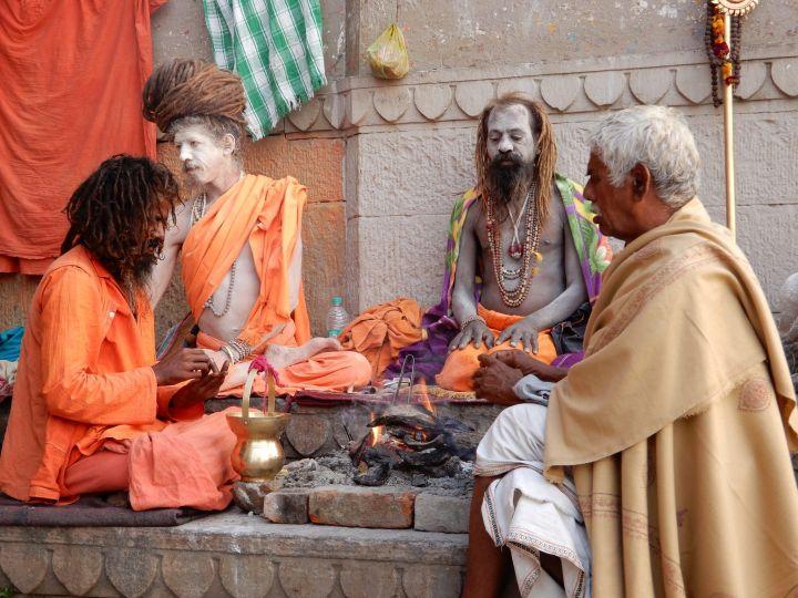 Sadhus y gurú, Benarés, Varanasi, India