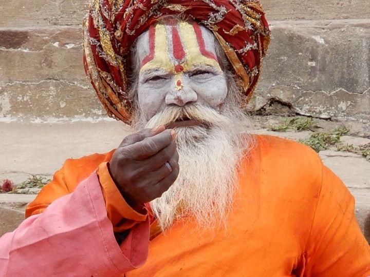 Sadhu intentando hacer negocio, Benarés, Varanasi, India