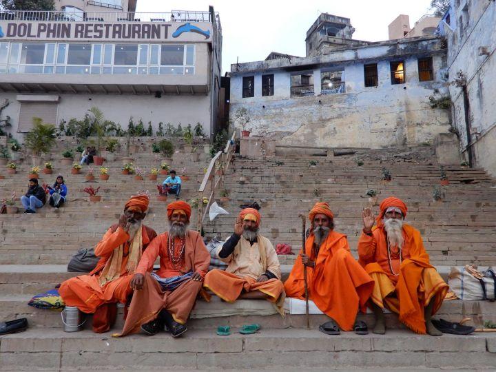 Sadhus posando por dinero, Benarés, Varanasi, India