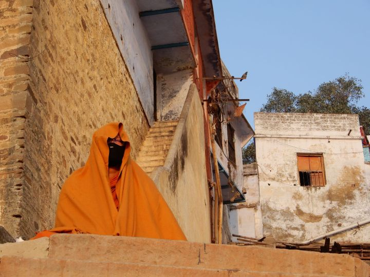 Sadhu cubierto meditando, Benarés, Varanasi, India