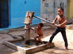 Niños jugando con bomba de agua, Old Khajuraho, India