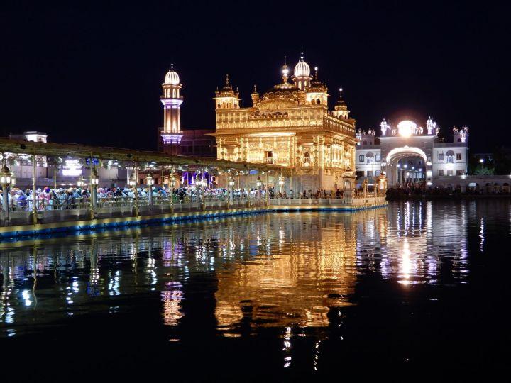 Templo y estanque de noche, Templo Dorado Golden Temple, Amritsar, India