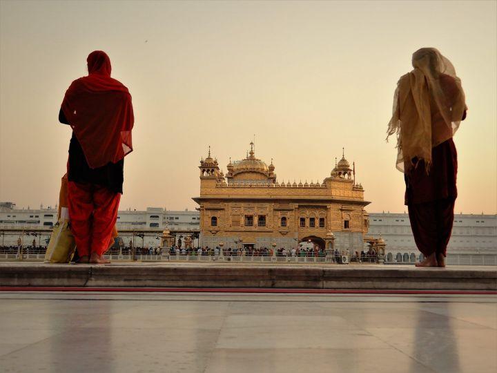 Chicas rezando, Templo Dorado Golden Temple, Amritsar, India