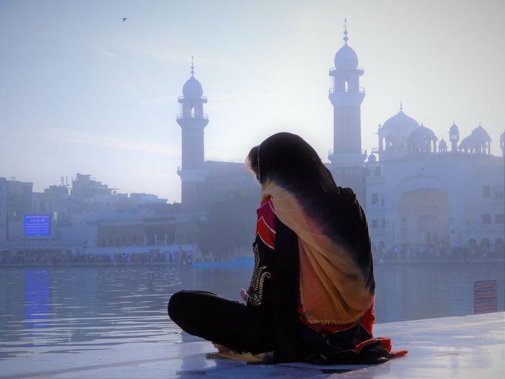 Mujer meditando, Templo Dorado Golden Temple, Amritsar, India