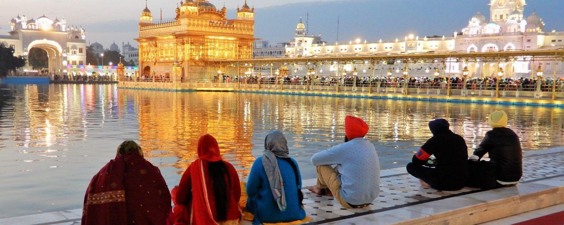 Sentados frente a Templo Dorado Golden Temple, Amritsar, India