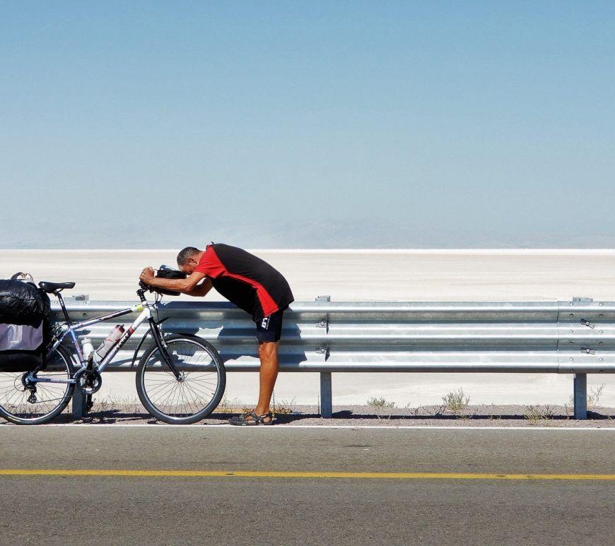 Bicicleta y ciclista, lago Urmia, Irán