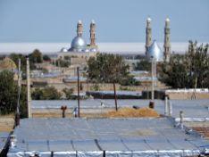 Mezquitas y lago salado al fondo