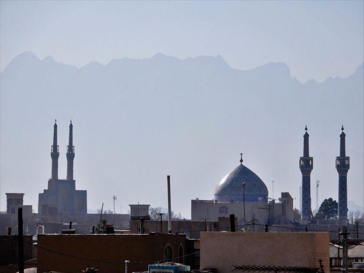 Minaretes y montaña, Yazd, Iran