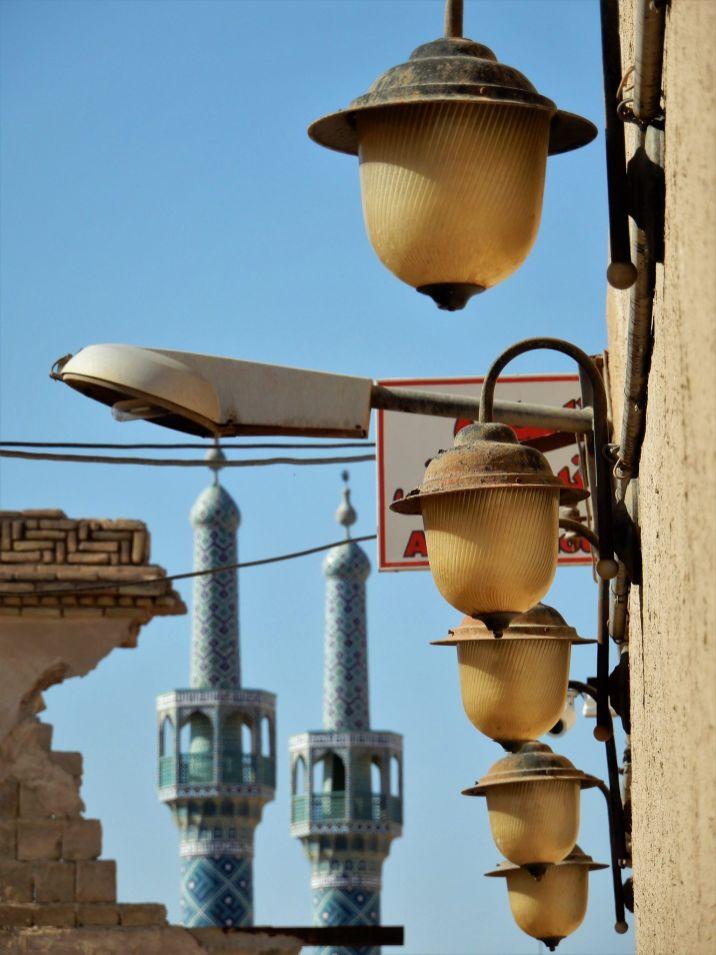 Minaretes y faroles en primer plano, Yazd, Iran