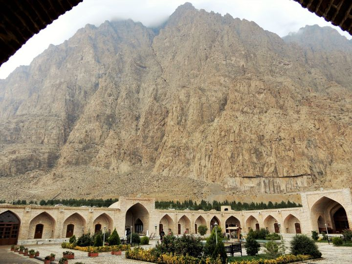 Imponente montaña y bonito caravansar