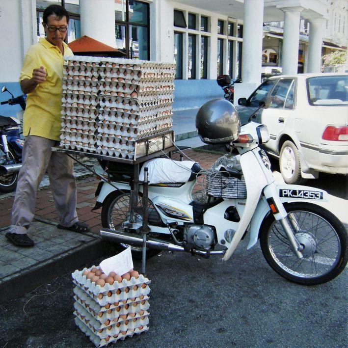 Repartidor de huevos en moto