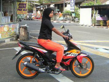 Mujer musulmán en moto