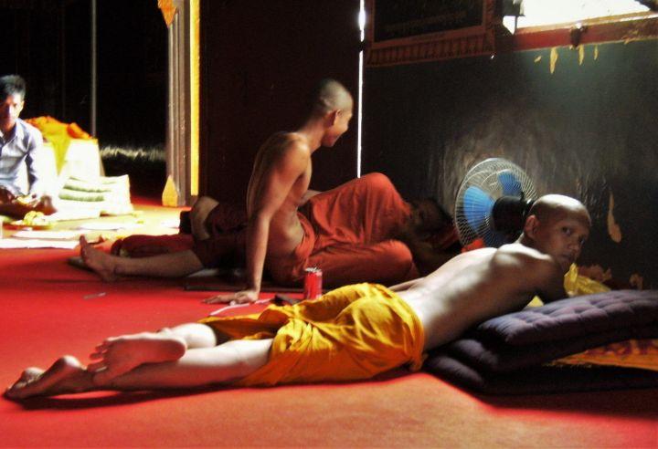 Monjes sesteando, Phnom Penh, Camboya