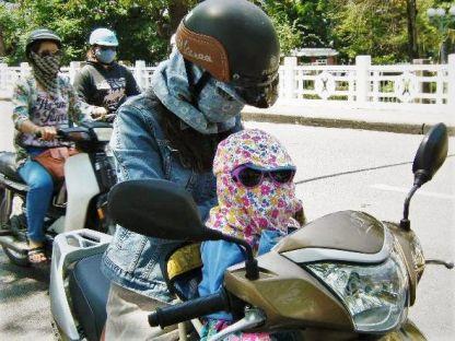Madre e hija en moto