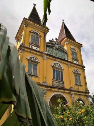 Iglesia con esvásticas